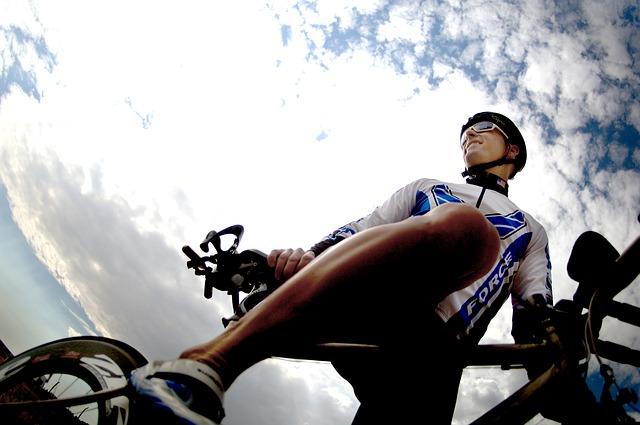 mraky nad cyklistou