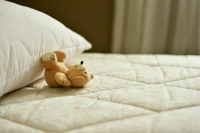 matrace s polštářem a medvídkem