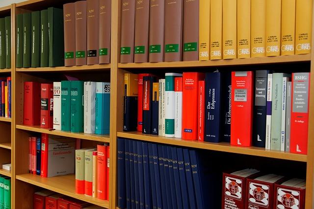 plné police složek dokumentů v kanceláři