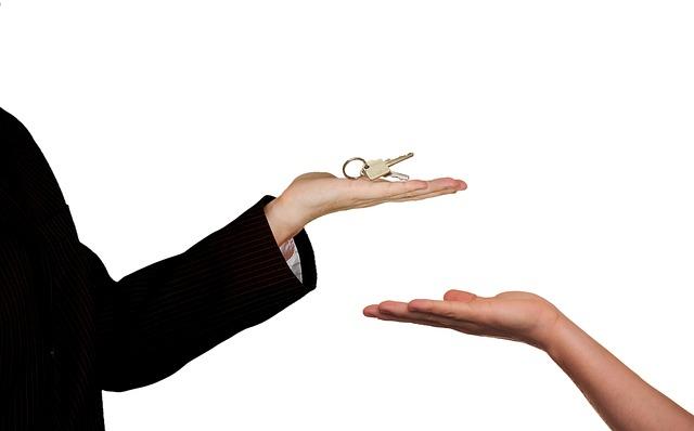 Realitní makléř, klíče od nemovitosti
