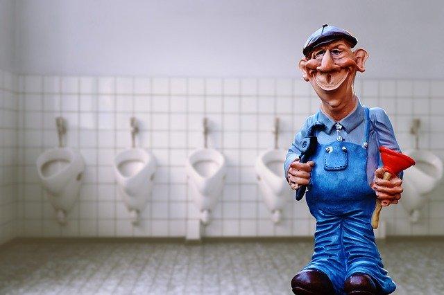 figurka instalatéra na záchodech
